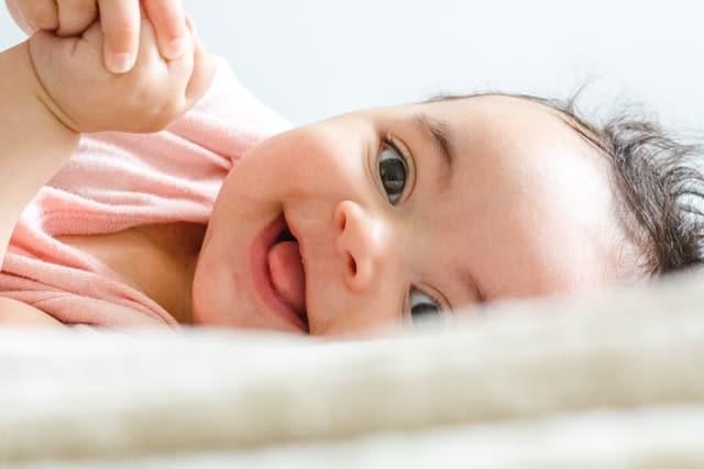 bebê sorrindo - O Teste da Bochechinha é um teste de triagem e o Painel de Doenças Tratáveis é um teste diagnóstico.